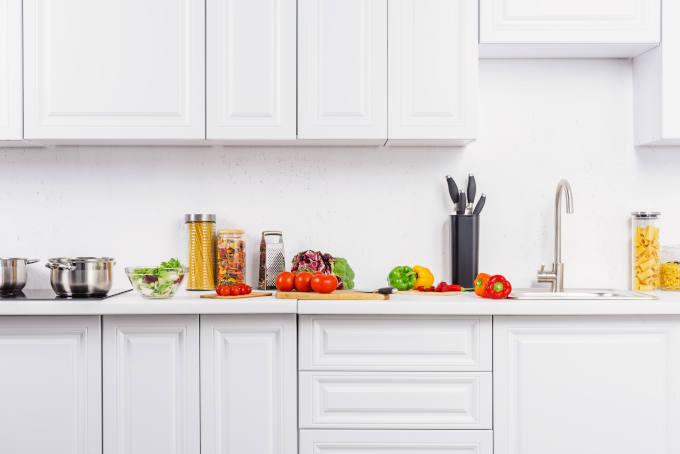 Ripe vegetables on kitchen counter in light kitchen - Depositphotos_211035244_xl-2015